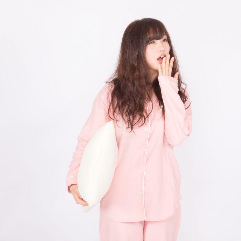 パジャマで欠伸をする女性